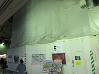 丸の内中央口脇に飛び出している赤レンガ駅舎も足場で覆われた。