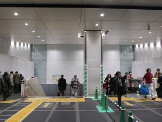 横須賀・総武線地下ホームへ降りる階段部分は内装が完成した。