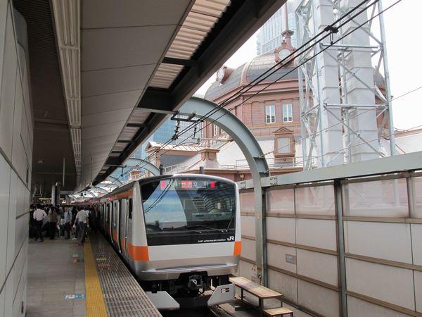 67年ぶりに甦った赤レンガ駅舎のドーム屋根と平成生まれの中央線E233系の共演