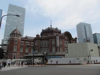 足場が完全にハスざれた北口ドーム部分。手前にあった旧東京駅前交番は取り壊し作業が始まった。