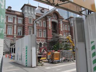 使用停止中の丸の内中央口入口から工事中の車寄せ付近を見る。