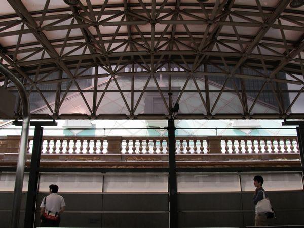 中央線ホームから見た駅舎中央の裏側。屋根は曇りガラスとなっている。