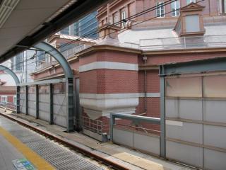 南口ドームと中央線ホームが近接する部分。高架橋床面付近の壁面がくびれている。