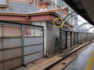 北口ドームと中央線ホームが近接する部分。ホーム側の鉄骨に接近する部分が窪んでいる。(こちらはまだタイルが貼られていない。)