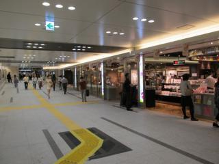 中央地下通路に面してオープンした「グランスタ」の増床部分。