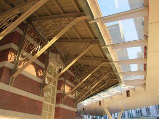 ドーム入口にある庇(ひさし)。元からある木製の庇の先端にガラス・金属板でできた屋根を付加している。