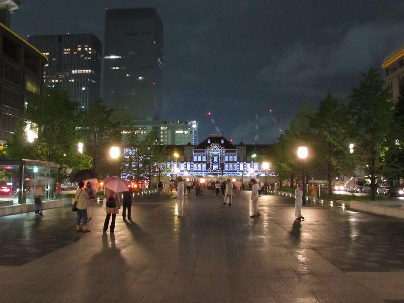 トウキョウステーションビジョン上演中の東京駅赤レンガ駅舎。駅舎の白い輪郭は照明ではなく、プロジェクターの投影により描かれている。