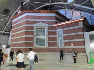 改札内に飛び出している赤レンガ駅舎の一部。この部分も創建当時の形に復原された。