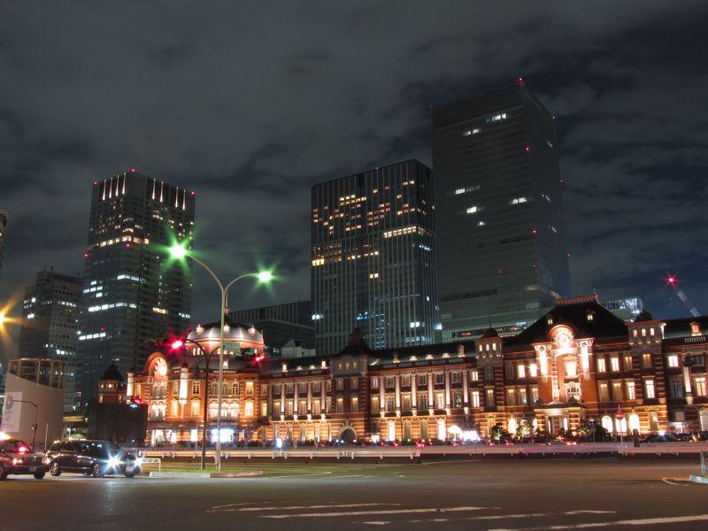 ライトアップが開始された東京役赤レンガ駅舎。超高層ビルと歴史的建造物が織りなす新しい風景。