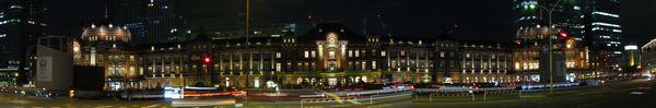 行幸通りからライトアップされた赤レンガ駅舎を見る。