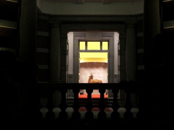 天皇皇后両陛下の御利用のため開放された貴賓室の扉。奥にシカの装飾が見える。