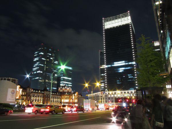JPタワーとライトアップされた東京駅赤レンガ駅舎。