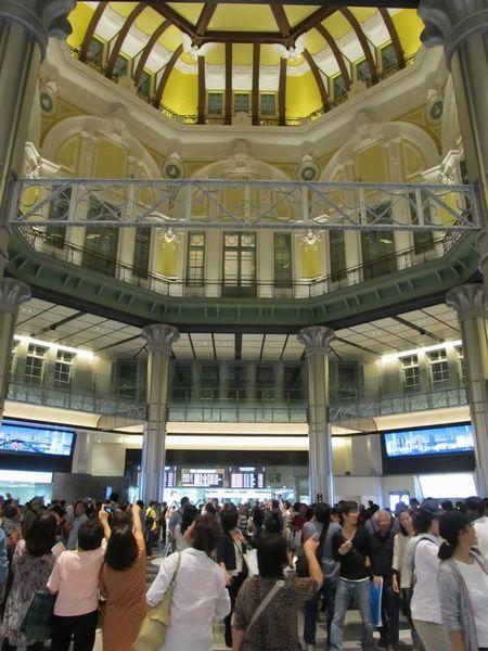 2階より上を覆っていた幕が取り外された北口ドーム。初めての週末となり、お披露目された天井を一目見ようと多くの人が訪れた。