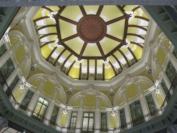 北口ドームを見上げる。壁や天井の美しいレリーフの数々に匠の技が光る。