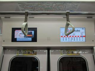 02系更新車のドア上部に設置された液晶ディスプレイ