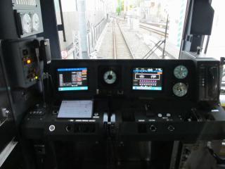 ATO搭載後の運転台。計器類の配置が大幅に変化している。