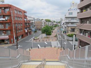 階段から今歩いてきた遊歩道を見る。地上時代の東横線はこの先東白楽駅まで高架だった。