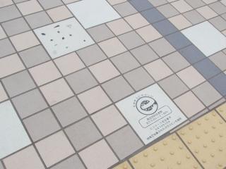 橋梁の床面のタイルの一部はガラス瓶をリサイクルした素材が使用されている。