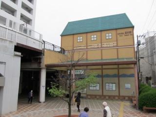 反町駅駅舎。改札口は駅舎左の高架下にある。