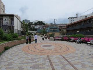 反町駅ホームの地上。遊歩道右側には地下駅の換気機械が並ぶ。