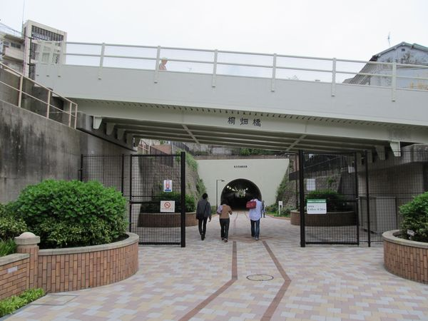 高島山トンネル手前には開閉式の柵があり通行時間が制限されている。