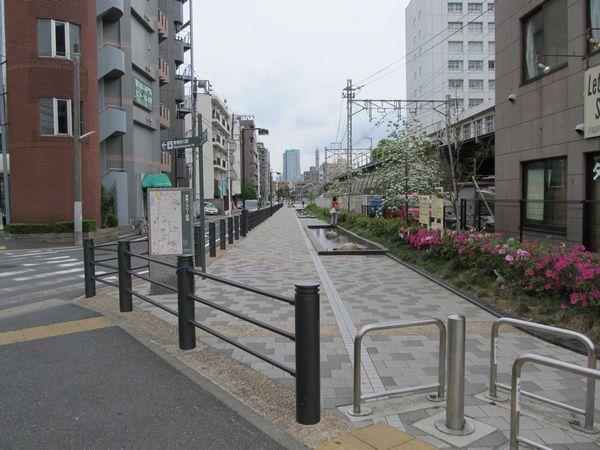 東白楽駅前にある東横フラワー緑道入口