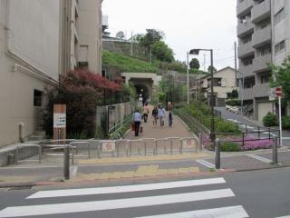トンネルを出た直後に「神奈川宿歴史の道」と交差する。