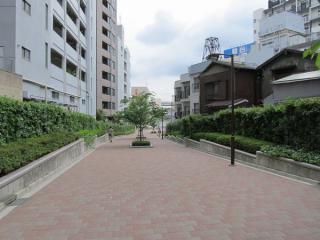 下り坂を降りるともうそこは横浜駅前。