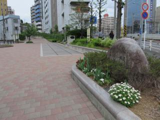 東横フラワー緑道の終点。地面にはレールが埋め込まれている。