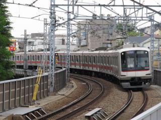 線路脇のスロープから地下に入る列車を見る。