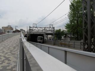 スロープは線路を覆うトンネルの上に通じる。