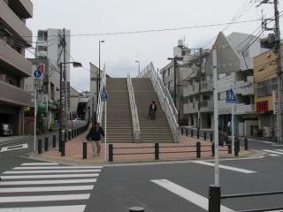 国道1号線を跨ぐ橋梁。遊歩道側は階段となっており、エレベータは奥にある。