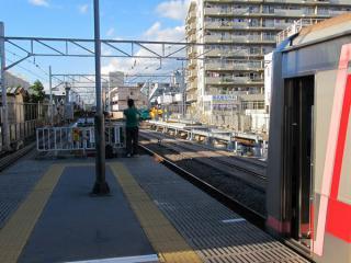 菊名駅の渋谷方で行われているホーム延長工事。奥の下り線ホームは車掌用モニタが先に設置済みとなっている。