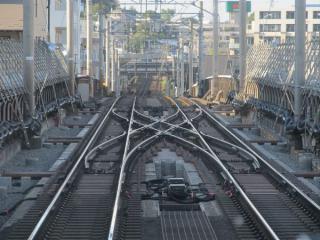 本線・副本線が合流した先にある両渡り分岐器。