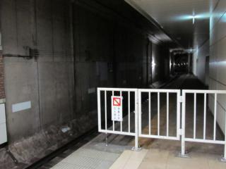 元町・中華街方の状況。延長部分の乗車目標は壁のコンクリートの地肌に直接貼り付けられている。