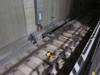 1番線終端付近にある10両編成用停車目標と列車停止標識(軌道回路絶縁継目)