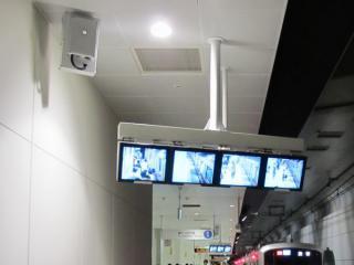 10両編成用停車目標付近の天井に設置された車掌用監視モニタと発車メロディーリモコンの受信機