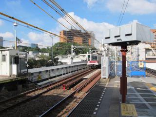 ホーム用の桁の設置が完了した渋谷側の目黒川の橋梁部分。