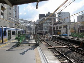 日比谷線をまたぐように柱が設置された横浜側のホーム端。