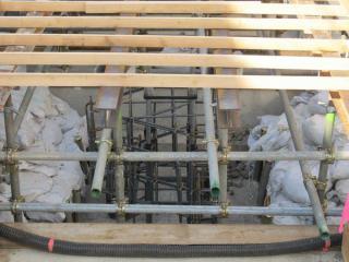 型枠の下には屋根を設置するためと思われる鉄筋の枠が見える。