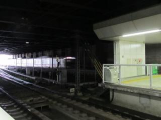 下り線ホームから上り線の延長部分を見る。延長されたホームは非常に簡素な造りであることが分かる。