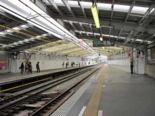 延長分のホームがほぼ完成し、既設部分は屋根の設置が進む綱島駅渋谷方