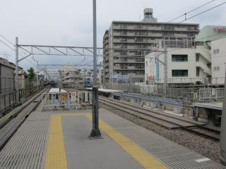渋谷方でホーム延長工事が進む菊名駅。