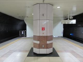 日本大通り駅渋谷方のホーム端。シールドトンネルとの境界部分はわずかであるがホームが延長された。