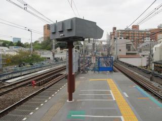 中目黒駅下り線渋谷方のホーム端。ホームの拡幅が完了した。