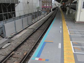 下り線渋谷方の端から駅中心方面を見る。拡幅部分のホームはまだ仮設。
