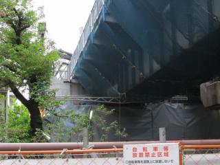 上り線渋谷方にある目黒川橋梁の拡幅前。ガーター橋を左にスライドしてホーム延長スペースを確保した。