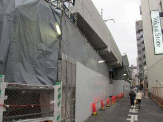拡幅された上り線渋谷方の高架橋。右下の公道は拡幅に合わせてセットバックした。
