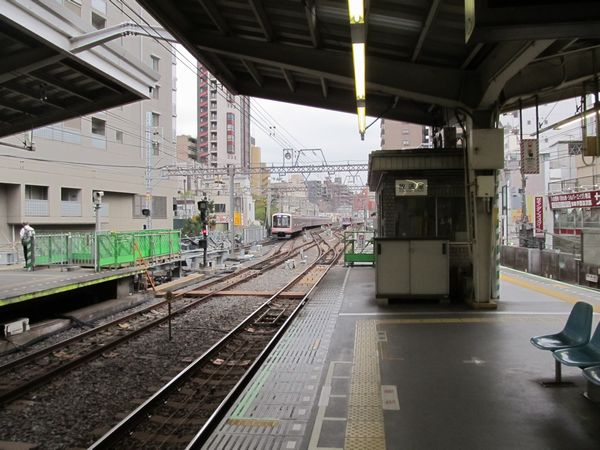 ホーム横浜方は下り線の信号扱所が無くなり、延長部分のホーム建設が進む