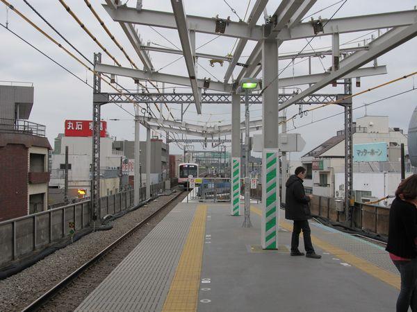 ホーム横浜方はホームの床面の設置が完了し、屋根の骨組みを建設中。2012年4月21日撮影